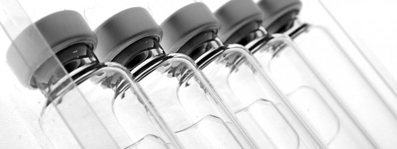 Foto mehrerer gefüllter medizinischer Ampullen, ähnlich Insulin-Ampullen