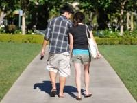Foto eines Paares beim Spaziergang im Park