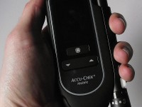 Foto des AccuChek Mobile in der Hand