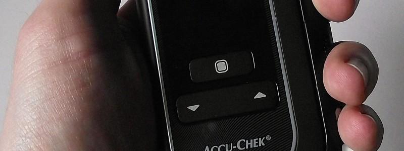Foto des AccuChek Mobile in der Hand