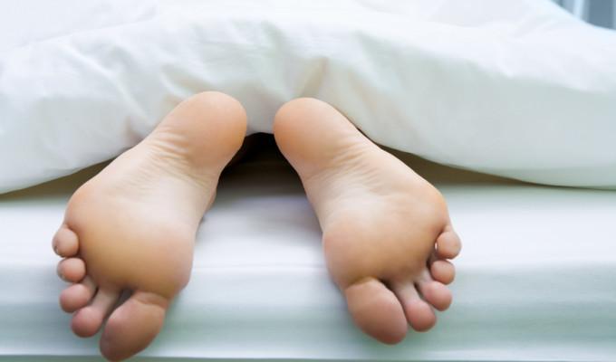 Diabetische Polyneuropathie - Foto von Füßen, die aus der Bettdecker herausragen
